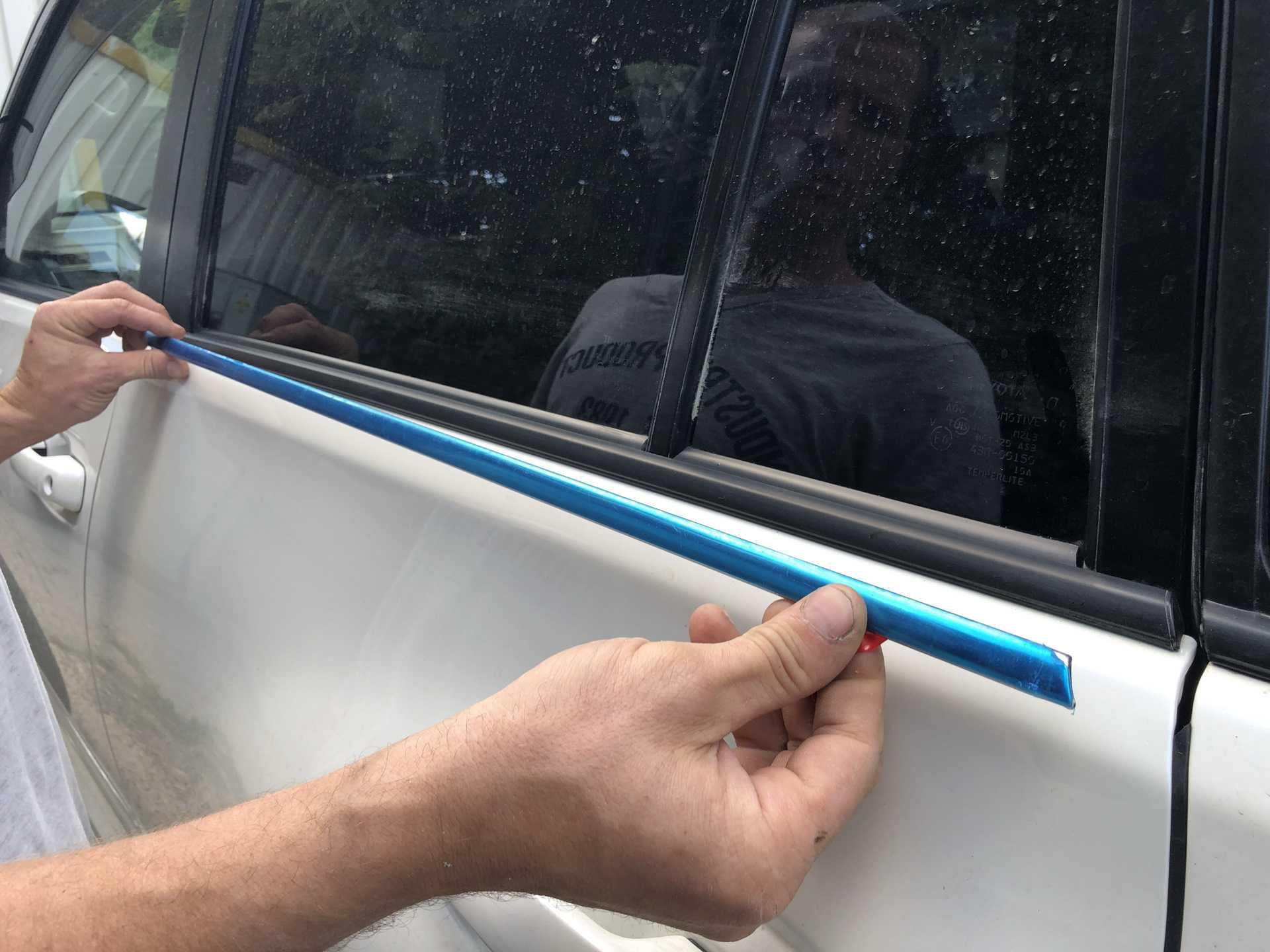 Чем и как приклеить молдинг на дверь автомобиля